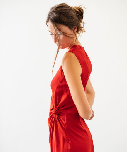 robe fluide nouée rouge en viscose recyclée On Atlas